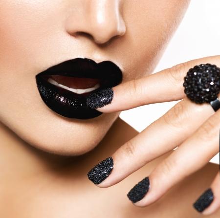 Photo pour Trendy Black Caviar Manicure and Black Lips  Fashion Makeup - image libre de droit
