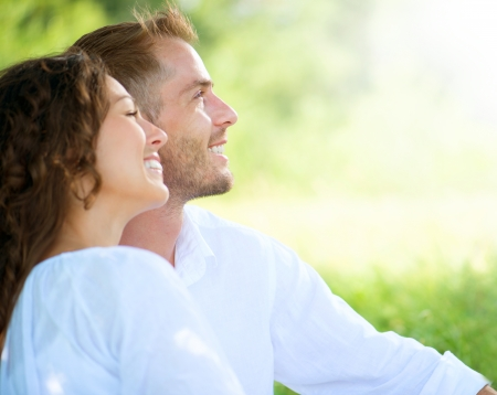 Foto de Happy Smiling Couple Relaxing in a Park  - Imagen libre de derechos