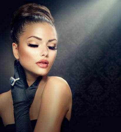 Photo pour Beauty Fashion Girl Portrait  Vintage Style Girl Wearing Gloves  - image libre de droit