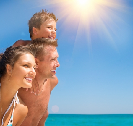 Photo pour Happy Young Family with Little Kid Having Fun at the Beach  - image libre de droit