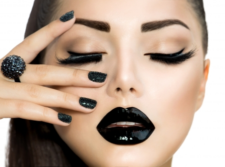 Photo pour Vogue Style Fashion Girl with Trendy Caviar Black Manicure  - image libre de droit