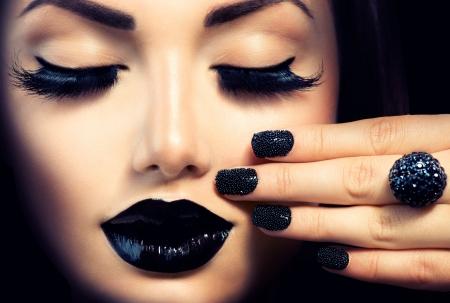 Photo pour Beauty Fashion Girl with Trendy Caviar Black Manicure and Makeup  - image libre de droit