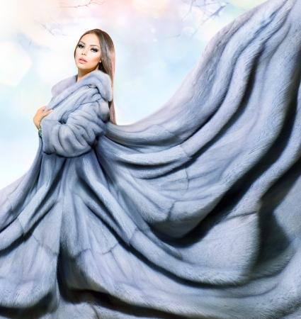 Foto de Beauty Fashion Model Girl in Blue Mink Fur Coat - Imagen libre de derechos