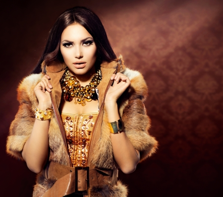 Photo pour Beauty Fashion Model Girl in Fox Fur Coat  - image libre de droit