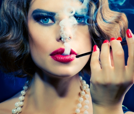 Photo pour Smoking Retro Woman Portrait  Beauty Girl with Mouthpiece  - image libre de droit
