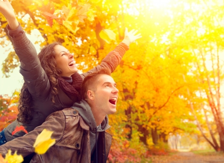 Photo pour Happy Couple in Autumn Park  Fall  Family Having Fun Outdoors  - image libre de droit