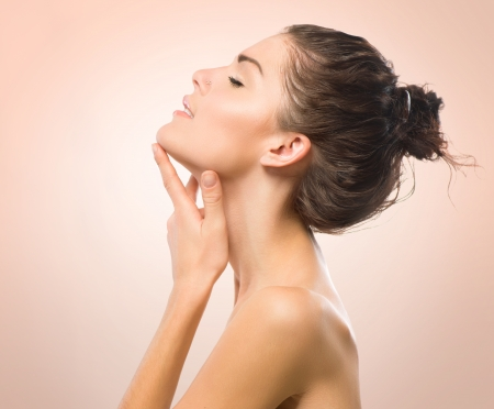 Foto de Beauty Portrait  Beautiful Spa Girl Touching her Face  - Imagen libre de derechos
