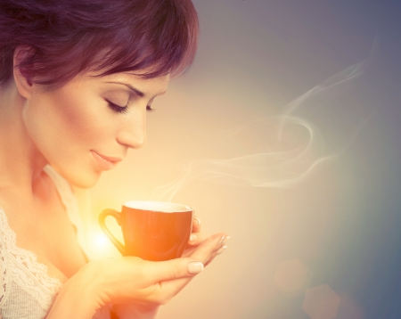 Foto de Beautiful Girl Enjoying Coffee  Woman with Cup of Hot Beverage  - Imagen libre de derechos