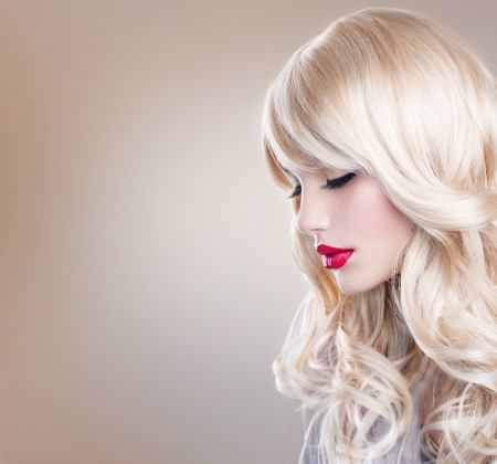 Foto de Beautiful Blond Girl with Healthy Long Wavy Hair  White Hair  - Imagen libre de derechos