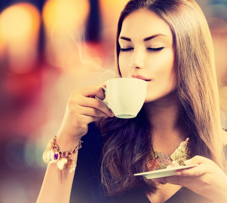 Foto für Coffee  Beautiful Girl Drinking Tea or Coffee - Lizenzfreies Bild