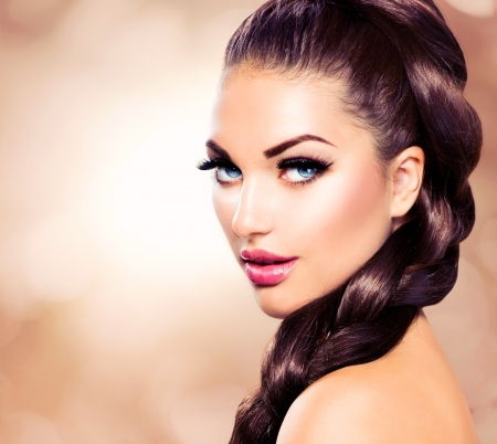 Foto de Hair Braid  Beautiful Woman with Healthy Long Brown Hair - Imagen libre de derechos