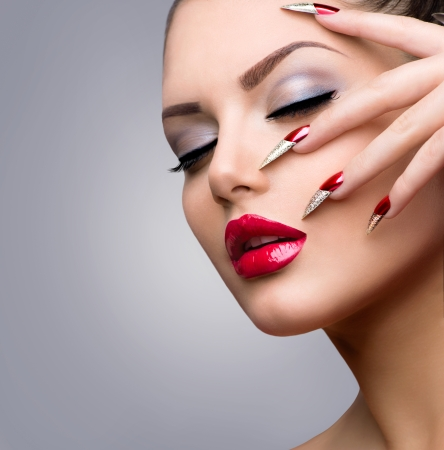 Photo pour Fashion Beauty Model Girl  Manicure and Make-up - image libre de droit