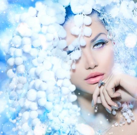 Foto de Winter Beauty  Beautiful Fashion Model Girl with Snow Hair style - Imagen libre de derechos