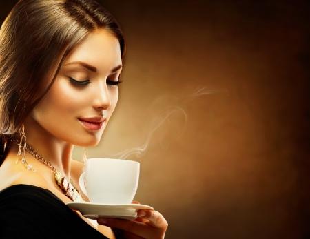 Foto de Coffee  Beautiful Girl Drinking Tea or Coffee - Imagen libre de derechos