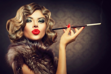 Photo pour Beauty Retro Woman with Mouthpiece  Vintage Styled Beauty - image libre de droit