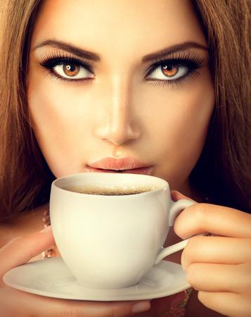 Photo pour Coffee  Beautiful Sexy Girl Drinking Tea or Coffee - image libre de droit