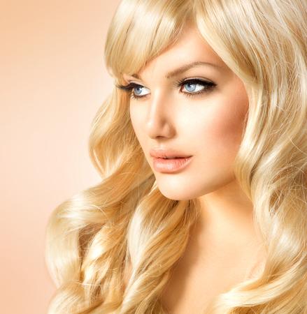 Photo pour Beauty Blonde Woman  Beautiful girl with long curly blond hair - image libre de droit
