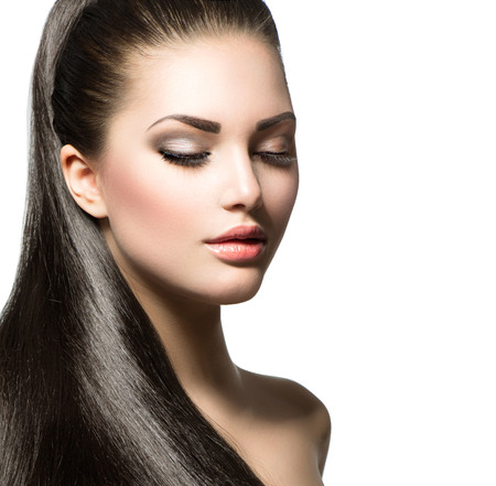 Photo pour Beautiful woman with brown long healthy smooth hair - image libre de droit