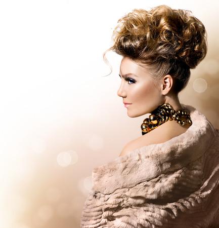 Foto de Beautiful model girl in luxury fur coat  - Imagen libre de derechos