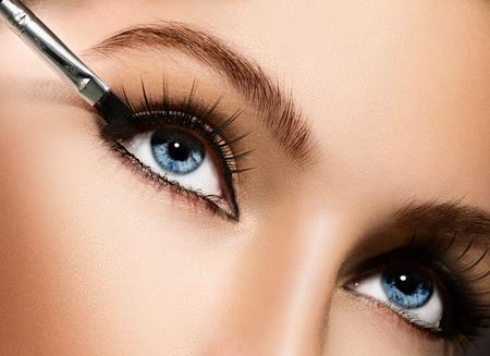 Photo pour Makeup applying closeup  Eyeliner  Cosmetic eyeshadows - image libre de droit