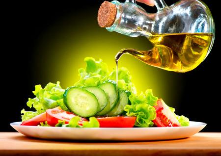 Photo pour Healthy Vegetable Salad with Olive Oil Dressing - image libre de droit
