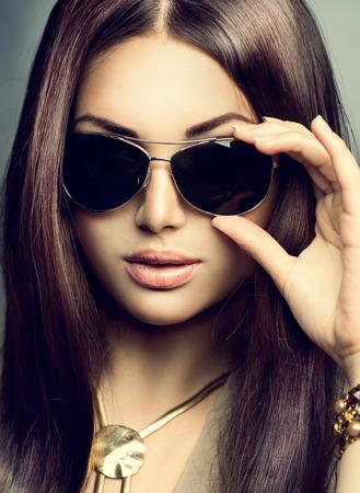 Photo pour Beauty model girl with long brown hair wearing sunglasses - image libre de droit