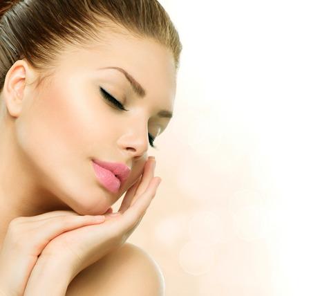 Photo pour Beauty Spa Woman Portrait  Beautiful Girl Touching her Face - image libre de droit