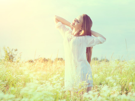 Foto de Beautiful teenage model girl in white dress enjoying nature - Imagen libre de derechos
