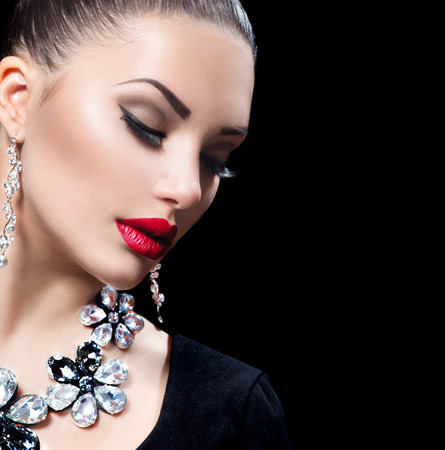 Photo pour Beauty woman with perfect makeup and luxury accessories - image libre de droit
