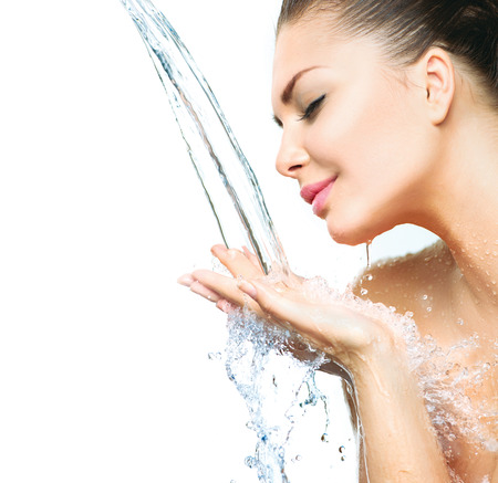 Photo pour Beautiful model girl with splashes of water in her hands - image libre de droit