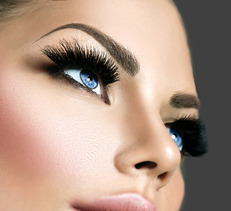 Photo pour Beauty face makeup. Eyelashes extensions - image libre de droit