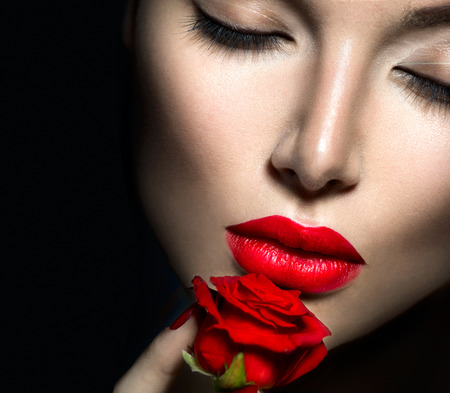 Photo pour Beautiful sexy woman with red lips, nails and rose flower - image libre de droit