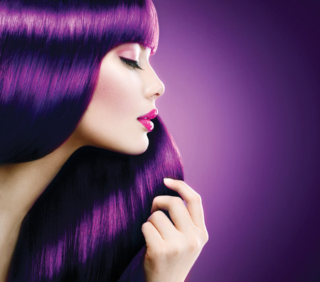 Photo pour Beauty woman with perfect makeup and coloring violet hair - image libre de droit