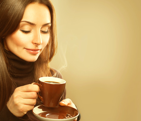 Foto für Coffee. Beauty Model Woman with the Cup of Hot Drink - Lizenzfreies Bild