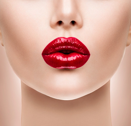 Photo pour Sexy Red Lips. Beauty Model Woman\'s Face closeup - image libre de droit