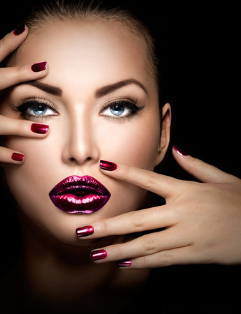 Photo pour Fashion model girl face, beauty woman makeup and manicure - image libre de droit