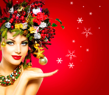 Photo pour Christmas Winter Woman. Beautiful Christmas Holiday Hairstyle - image libre de droit