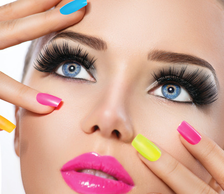 Foto de Beauty girl portrait with vivid makeup and colorful nail polish - Imagen libre de derechos