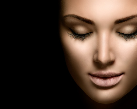 Foto de Beauty woman face closeup isolated on black background - Imagen libre de derechos