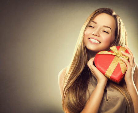 Foto de Beauty happy girl with Valentine gift box - Imagen libre de derechos
