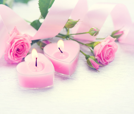 Photo pour Valentines Day. Pink heart shaped candles and rose flowers - image libre de droit