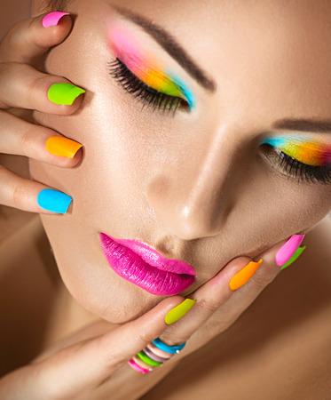 Photo pour Beauty girl portrait with vivid makeup and colorful nailpolish - image libre de droit