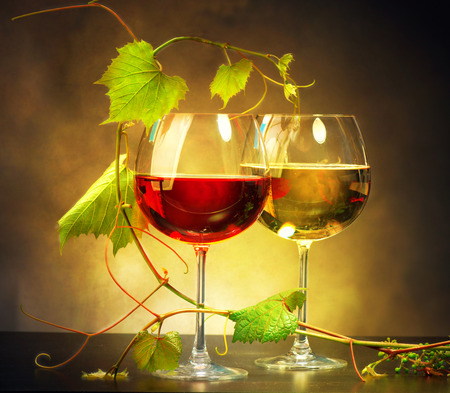 Photo pour Two glasses of wine decorated with grape leaves - image libre de droit