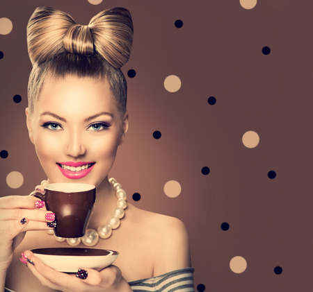 Photo pour Beauty fashion model girl drinking coffee or tea - image libre de droit
