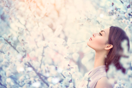 Foto de Spring fashion girl outdoor portrait in blooming trees - Imagen libre de derechos