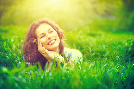 Foto de Beautiful young woman outdoors enjoying nature - Imagen libre de derechos