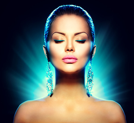Photo pour Fashion glamour model woman over black background - image libre de droit