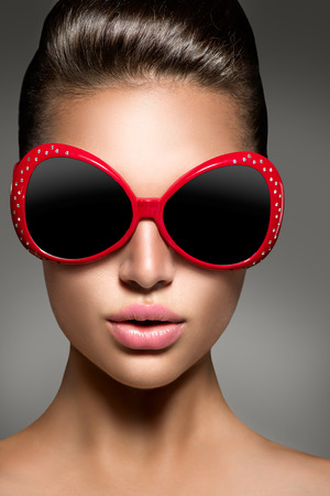 Photo pour Beauty fashion model brunette girl wearing stylish sunglasses - image libre de droit