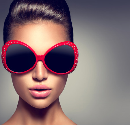 Foto de Fashion model brunette girl wearing stylish sunglasses - Imagen libre de derechos