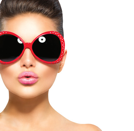 Photo pour Beauty surprised fashion model girl wearing sunglasses - image libre de droit